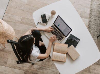 Kvinde bor i moderne hjem og bruger computer