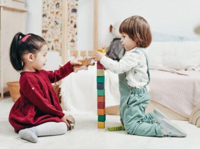 Børn leger sammen med klodser