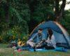 Kærestepar er på campingtur sammen