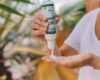 Kvinde bruger cbd olie creme på hænderne