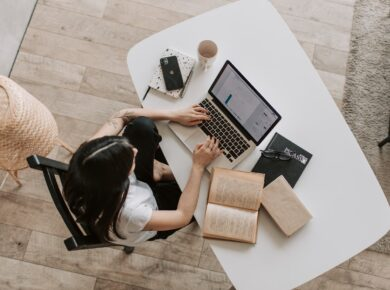 Kvinde arbejder hårdt på sin pc